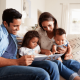 Família estimulando a leitura com os filhos