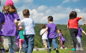 Crianças correndo e se divertindo juntas em um parque