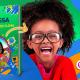 Menina negra sorrindo ao lado do livro personalizado Discovery Kids: Desafio do Clima