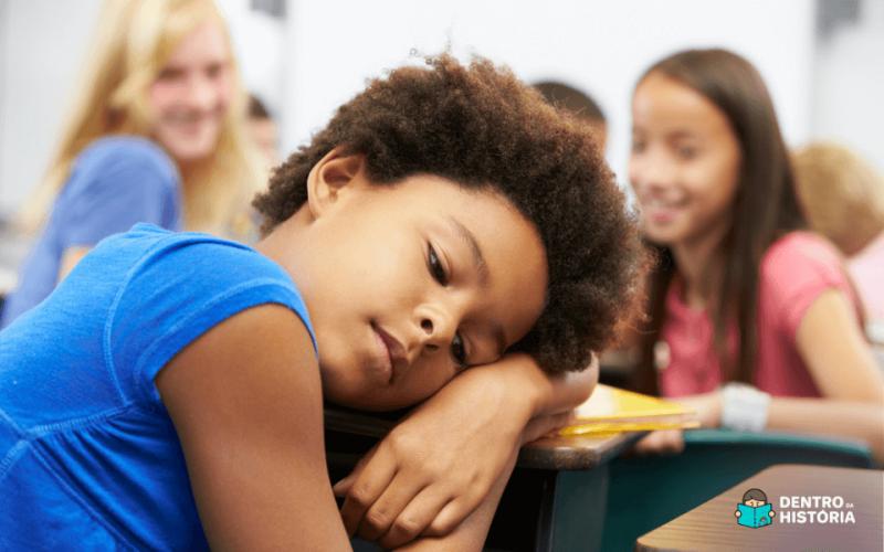 Menina negra sofrendo bullying por parte de suas colegas de classe.