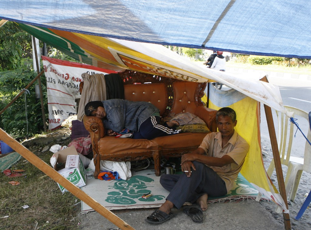 With their house destroyed by quake, residents of Padang have moved to a tent along one of the city streets. Photo by Reuters/Erik de Castro, courteys www.alertnet.org