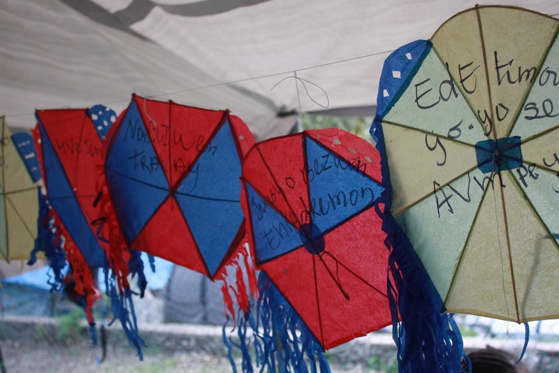 Oxfam teamed up with a local kite maker to help children create and launch hundreds of kites bearing public- health messages. Photo: Julia Gilbert / Oxfam