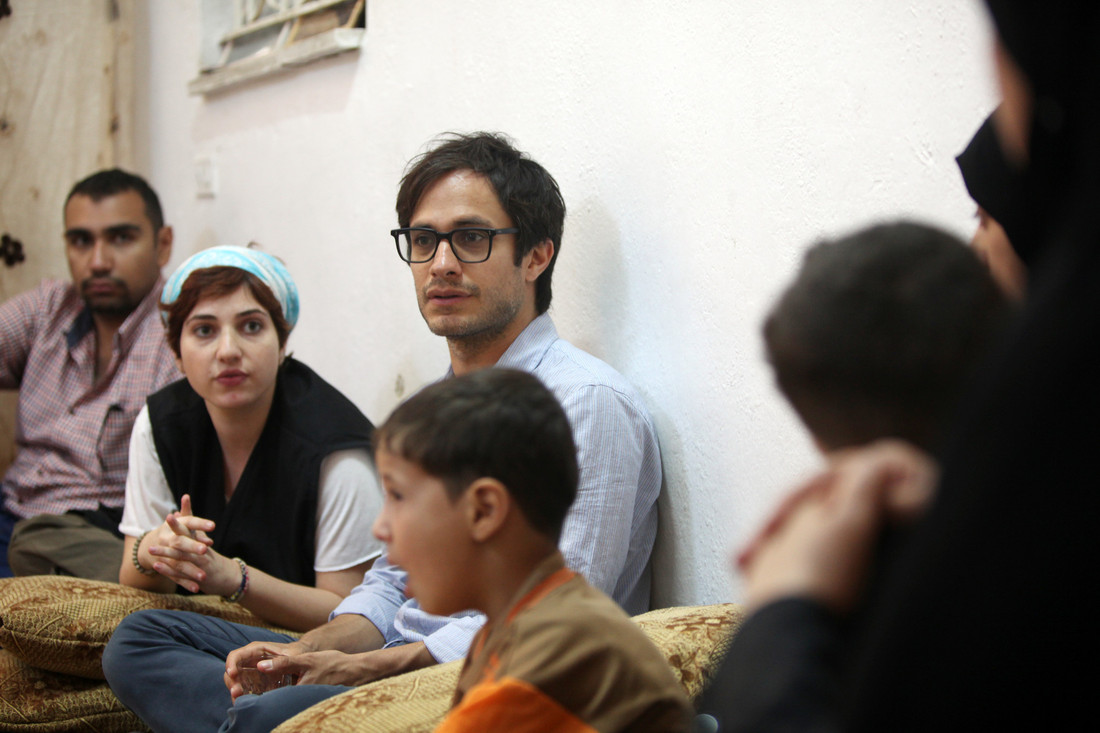 Gael Garcia Bernal visits an extended Syrian family who have received cash and hygiene vouchers from Oxfam. The family of 15 people are living in a four-room apartment. Photo: Salah Malkawi/Oxfam