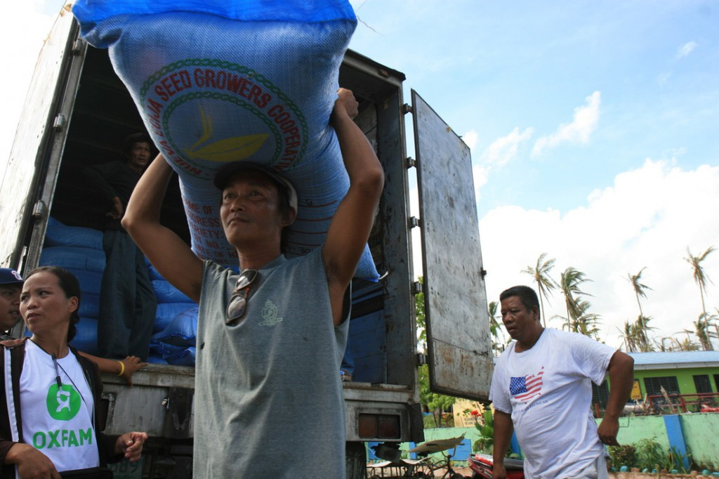 Local leaders help Oxfam distribute rice seeds in Leyte, Philippines. Photo: Jane Beesley/Oxfam