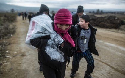 Refugees cross Macedonia's border with Serbia in cold and rainy February weather. Photo: Pablo Tosco/Oxfam