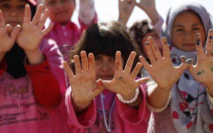 Children in Za'atari camp make the dove symbol of human rights and solidarity.  Photo: Adeline Guerra/Oxfam