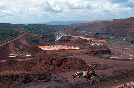 Large iron mine in the Serra dos Carajás, Pará state, Brazil. Photo: © Tony Morrison/South American Pictures http://bit.ly/KL7oaW