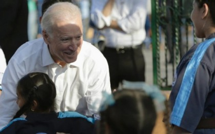 U.S. Vice President Joe Biden hugs a child during his visit to downtown Villa Nueva, in the outskirts of Guatemala City, March 3, 2015 | Photo: Reuters