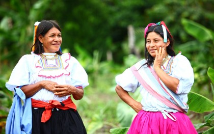 After listening to indigenous women's concerns about the loss of their ancestral crops, Oxfam and AIDESEP created a pilot project through which five Kichwa communities in the Peruvian Amazon could cultivate traditional gardens as a way to adapt to changes in the climate. Growing diverse crops year-round in the traditional way, rather than harvesting a single cash crop once a year, makes communities less vulnerable to the changes in rainfall.  Source: Percy Ramírez/Oxfam America