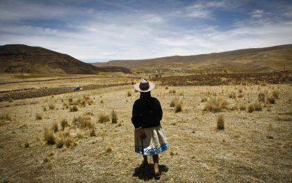 Virginia Ñuñonca Ccallo walks through her fields in the highlands of Peru. (Photo: Percy Ramírez / Oxfam America)