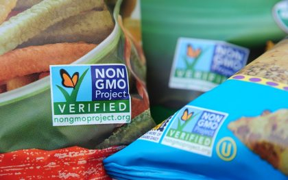 Non-GMO labels on products in a US grocer. (Photo: Robyn Beck / AFP / Getty Images)
