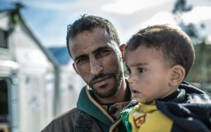 Omar* (27 years old), and his 2-year-old son. From Hassaka, Syria. (Photo: Pablo Tosco / Oxfam)