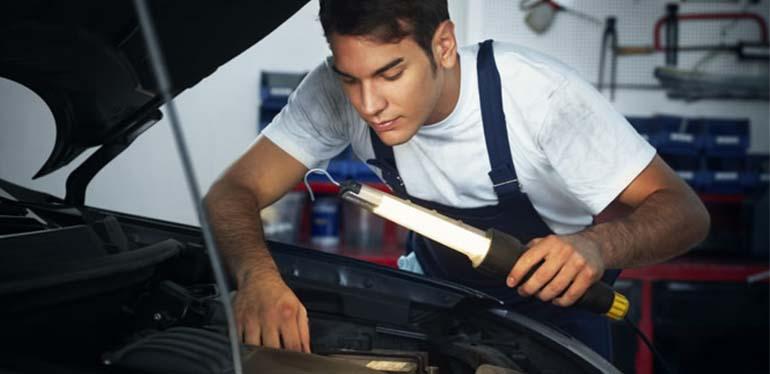Especialista revisando el líquido de frenos de un auto Volkswagen