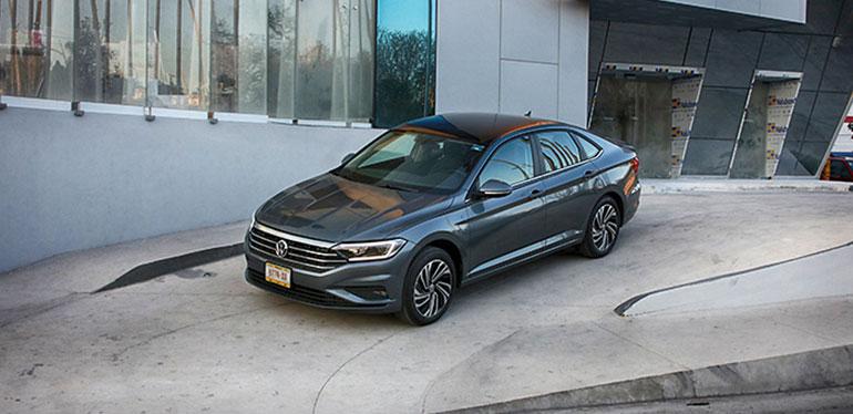 Nueva Modelo de Jetta 2019 de Volkswagen en color gris debajo de un puente