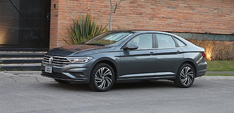 Automóvil sedán familiar Nuevo Jetta 2019 de Volkswagen México afuera de una casa