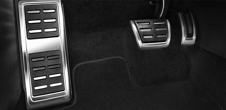 Pedales plateados con detalles en color negro de un automóvil Volkswagen