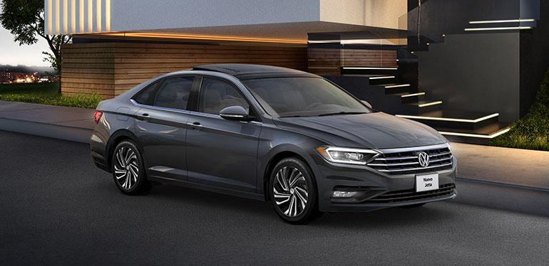 Nuevo Jetta 2019 de Volkswagen color negro estacionado frente a un hogar moderno