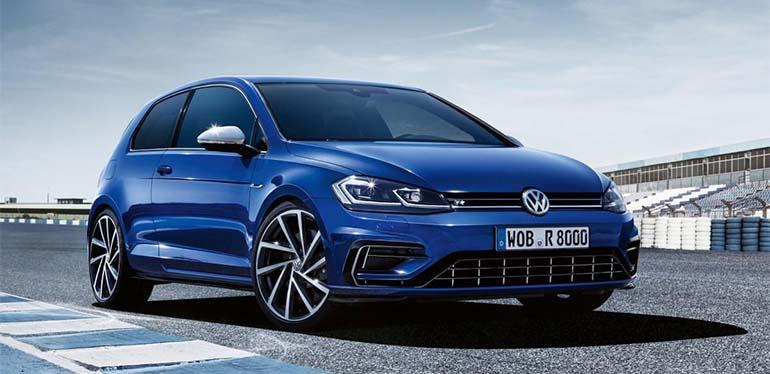 coche deportivo Golf R de Volkswagen color azul eléctrico en un ambiente urbano con edificios de fondo