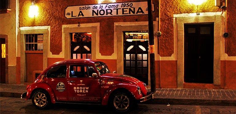 Rocinante, el Vocho rojo de Dirk, estacionado frente a un bar en Guanajuato