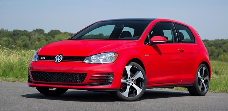 coche deportivo Golf GTI de Volkswagen color rojo estacionado en un camino rural visto en 3/4