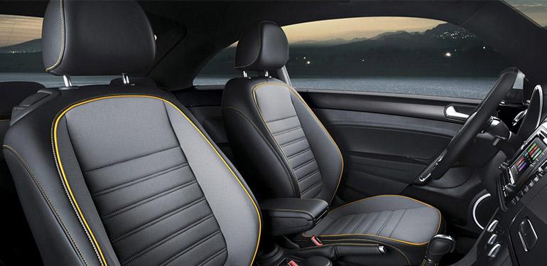 Vista interior de un carro Volkswagen Beetle en la que se ven las cabeceras de los asientos