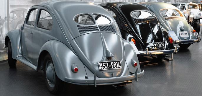 Autos antiguos: vocho gris y vocho negro en el Automuseum de Volkswagen
