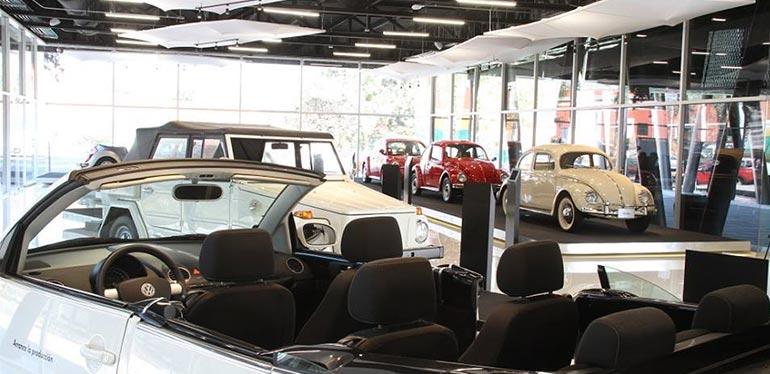Diferentes autos antiguos de VW en el Museo del Automóvil de Puebla en México