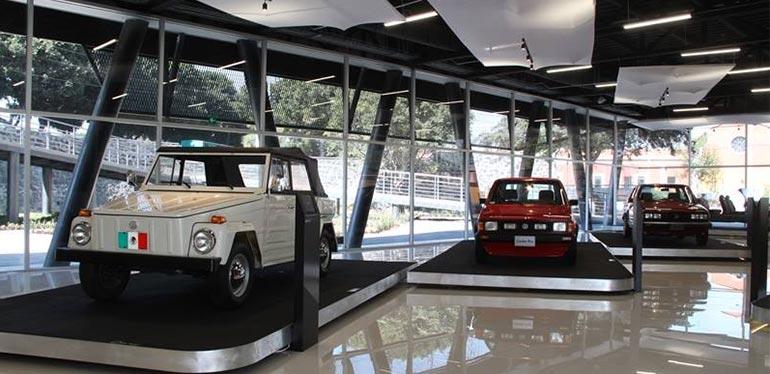 Autos antiguos: combi café y combi naranja en el Automusem de Volkswagen