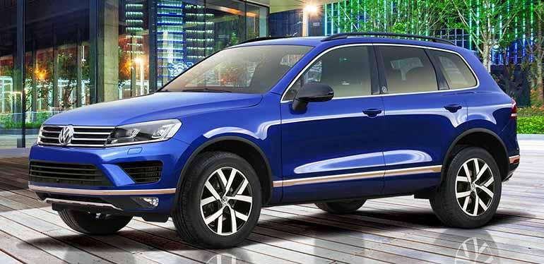 Una de nuestras camionetas en venta: Touareg de Volkswagen color azul estacionada en un ambiente urbano