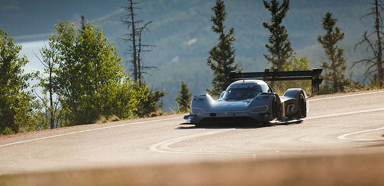 I.D. R Pikes Peak, auto eléctrico de Volkswagen durante una carrera