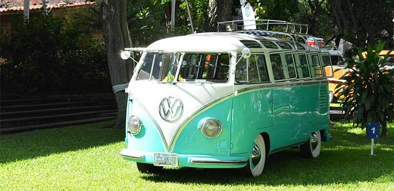 Camioneta familiar Combi de Volkswagen color turquesa