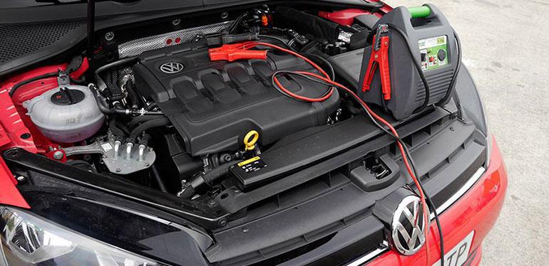 Cargando la batería de un auto Volkswagen
