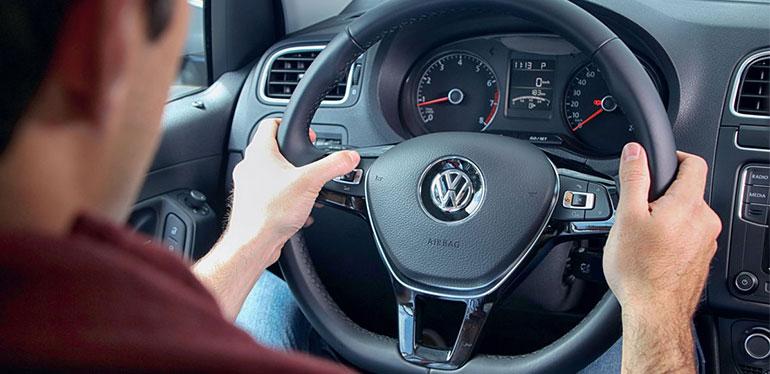Hombre conduciendo un Vento de Volkswagen