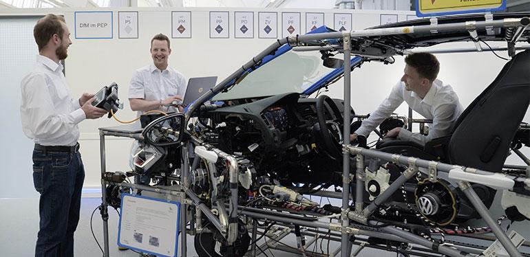 Capacitación acerca del funcionamiento de un auto eléctrico de Volkswagen