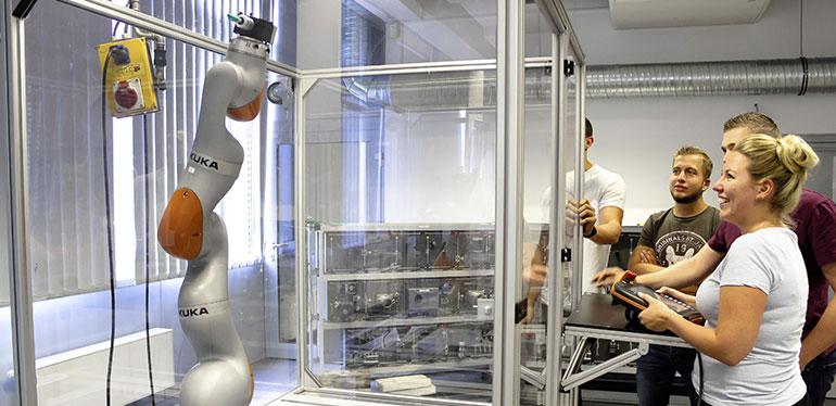 Empleados recibiendo capacitación en la planta de Volkswagen en Zwickau