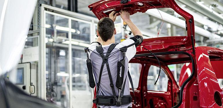 Tecnología de exoesqueletos siendo usada en una planta Volkswagen