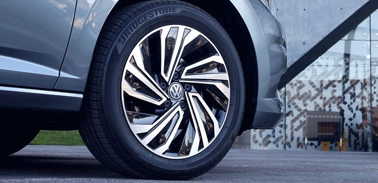 Auto Volkswagen tras un cambio de llantas
