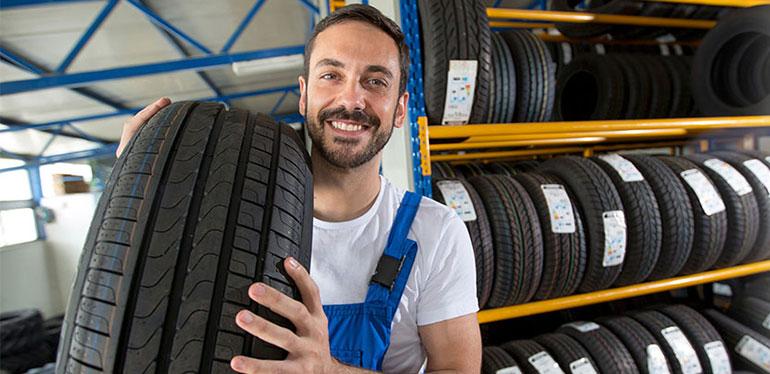 Técnico de Volkswagen preparándose para hacer un cambio de llantas