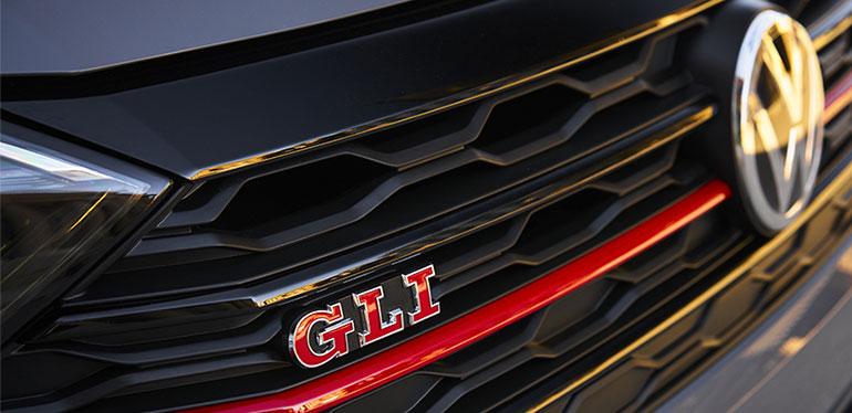 Parrilla presente en el nuevo Jetta GLI de Volkswagen y emblema de GLI