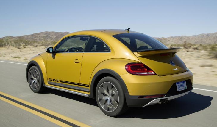 Auto Beetle Dune de Volkswagen siendo manejado en carretera