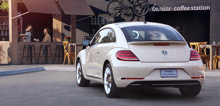Vista trasera de Beetle Final Edition de Volkswagen color beige