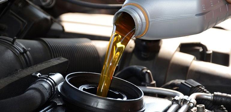 Aceite sintético siendo vertido en el motor de un auto Volkswagen