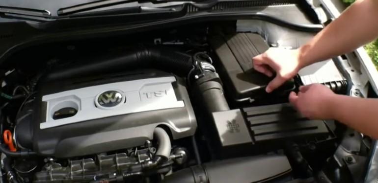 Hombre accesando a la batería de un auto Volkswagen