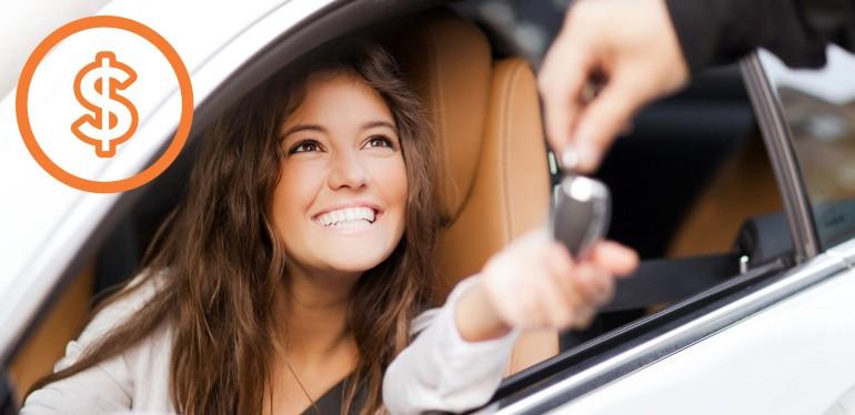 Mujer comprando un auto usado en Das WeltAuto