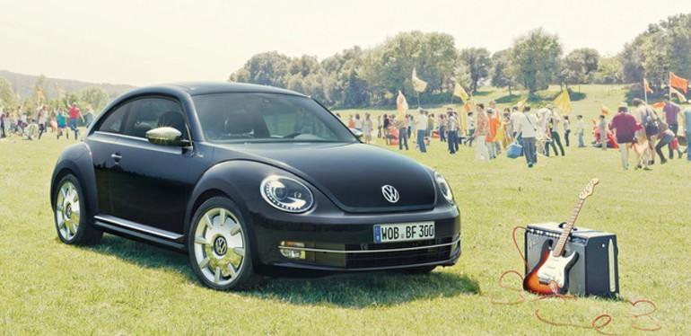 Beetle VW edición Fender negro estacionado a su lado derecho hay una guitarra y un amplificador