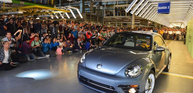 Beetle en color plateado estacionado ante audiencia del evento de despedida