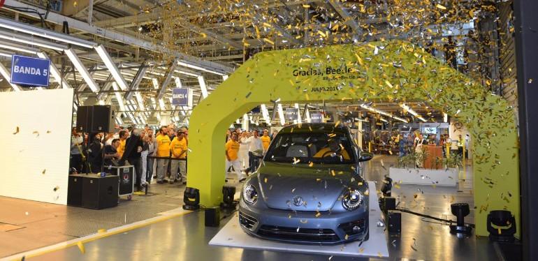 Beetle de Volkswagen estacionado bajo arco amarillo en evento de despedida