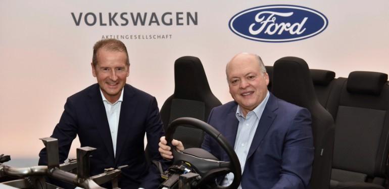 Herbert Diess y Jim Hacket posando sentados en plataforma MEB de Volkswagen