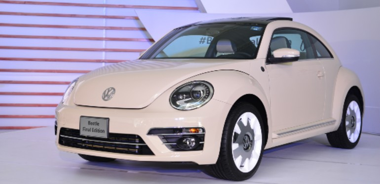 Beetle de Volkswagen color Reedbeige estacionado dentro de interior color blanco