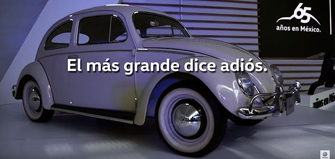Beetle Final Edition conducido por experto resaltando las características e historia del auto clásico
